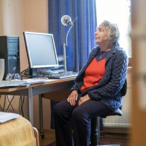 Alte Geschichten, neue Technik: Ilse Ruck schreibt am Computer (Foto: Robert Söllner)